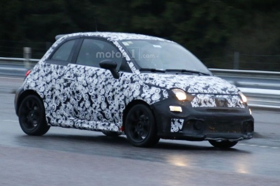 Paparazzi caught the Fiat 500 Abarth Facelift