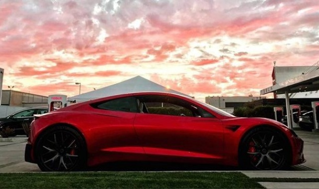 Tesla Roadster appeared in all glory on the new photos